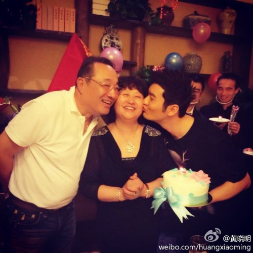 Huang Xiaoming and his father kissing his mother