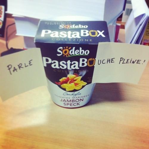 Notre modeste contribution pour rappeler les règles de politesse à table ;)  Par @sodebo