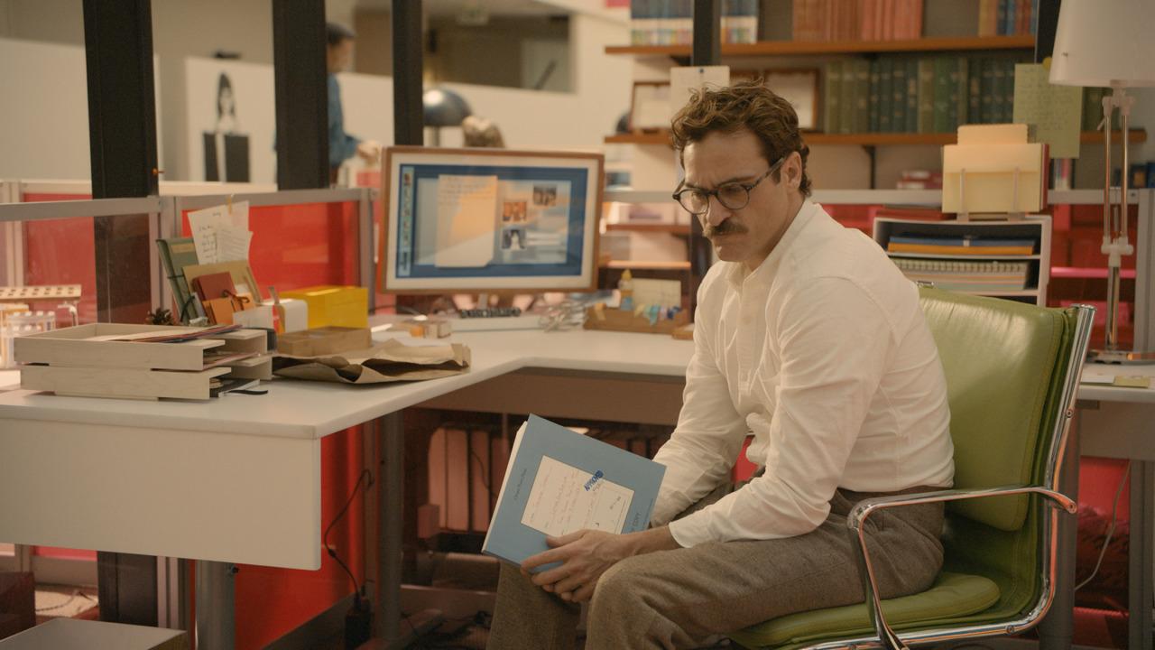 Theodore en su trabajo de escritor de cartas ajenas