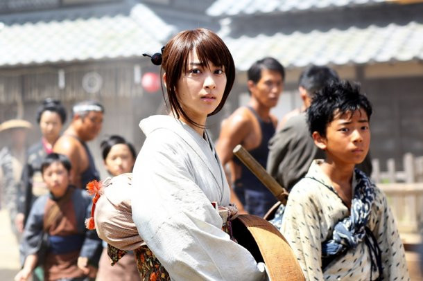 """Los actores de las películas deRurouni Kenshinhablan sobre los cambios de la próxima entrega<br /> Los artistas que interpretan las nuevas películas deRurouni Kenshin,Emi Takei (Kaoru Kamiya), Munetaka Aoki (Sanosuke Saga) y Kaito Oyagi (Yahiko Myojin) hablaron recientemente con la prensa nipona sobre la producción y cambios de las próximas entregas. El reparto se encontraba rodando en la península de Miura, en la prefectura de Kanagawa.<br /> Cuesta creerlo, pero ya han pasado dos años desde que Takei y Aoki actuaron en el primer filme que, según afirmaron, la secuelas dedicarán gran parte de su metraje a escenas de acción como en la anterior entrega.Aoki comentaba que mantener el mismo nivel de acción no habría sido interesante, con lo que han intentado crear secuencias más espectaculares. Takei comentaba que en el equipo se podía percibir el entusiasmo por crear unas secuelas que superasen a la película original.<br /> Aoki describía, además, que la atmósfera del proyecto, dirigida por Keishi Otomo, era algo """"provocativo y muy estimulante"""". El actor añadía que incluso se habían hechos cambios en los trajes desde la primera película, con lo que nadie estaba trabajando """"solo por rutina"""" en el equipo. Takei confirmó que Kaoru llevará esta vez un peinado """"actualizado"""" para darle un aspecto más maduro, así como también un nuevokimonopara corresponder a esa actitud en el personaje.<br /> El reparto remarcaba también que las películas se han rodado con tomas largas y muchos ángulos con varias cámaras, mucho más de lo habitual para el cine japonés. Recordemos queRurouni Kenshin: Kyoto Taika-hen se estrenará este 1 de agosto, mientras que Rurouni Kenshin: Densetsu no Saigo-hen se estrenará en cines japoneses el 13 de septiembre.<br /> Vía ANN"""