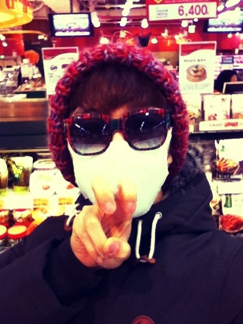 110204 Kwon's Twitter  몰래 장보기 ~~ 크크크 Buying groceries secretly ~~ kekeke