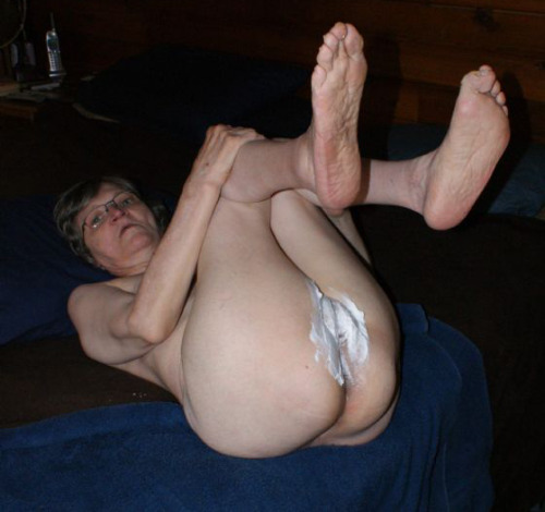 Stretch my pussy with your toys please