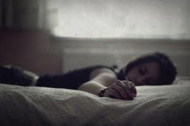 Tek kişilik yatakta uzanmış, çift kişilik hayaller kuruyorum..