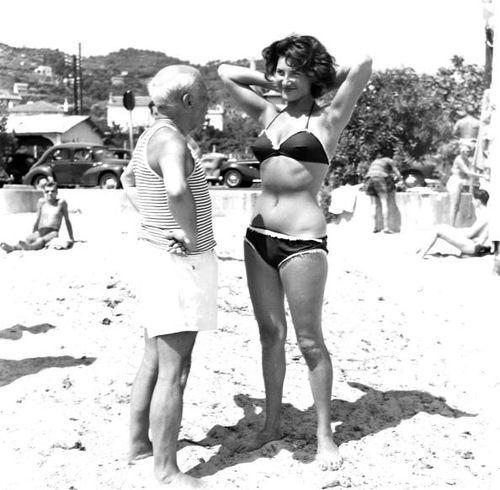 Na Riviera francesa, nos anos 1960, um Pablo Picasso senhorzinhopaquera uma jovem de biquíni.