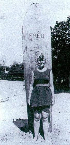 Agatha Christie no Havaí, anos 1920. A moça surfava.