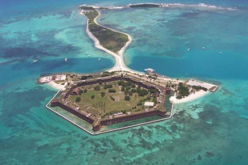 Guarde su vida cotidiana y la vela para Parque Nacional Dry Tortugas!  Situado a 70 kilómetros al oeste de Cayo Hueso, este parque es considerado uno de los más remotos en el país.  Así que a distancia, de hecho, la única manera de llegar es por barco o hidroavión.  Venga a disfrutar de un día o venir al campamento de la experiencia de toda una vida! Parque Nacional Dry Tortugas en el Golfo de México, a escasos 100 kilómetros al norte de Cuba, se encuentra en la confluencia de las corrientes oceánicas, la historia marítima, la vida marina y las aves.  Las aguas poco profundas y siete pequeñas islas de este parque de 100 kilómetros cuadrados son un refugio y cría de una abundancia de la vida.  El parque se encuentra al alcance más occidental de la Florida, Coral, el arrecife más grande tercero en el mundo, y ofrece algunos de los ambientes marinos más prístinos en el centro States.The del Parque Nacional Dry Tortugas es magnífico Jefferson Fort (foto arriba).  A los 10 acres de tamaño, esta obra de ingeniería impresionante es la fortificación costa tercera más grande de Estados Unidos que se haya construido.  Sus enormes muros de mampostería marrón y rojo subir en marcado contraste con las aguas tranquilas de color turquesa y arena blanca que fue construido para defender.  Foto: Servicio de Parques Nacionales