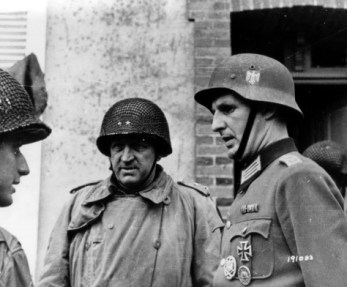 ausschreitungen: Major General Manton Eddy and another American officer speaking to a captured German officer. Cherbourg, France. June 26th-27th, 1944