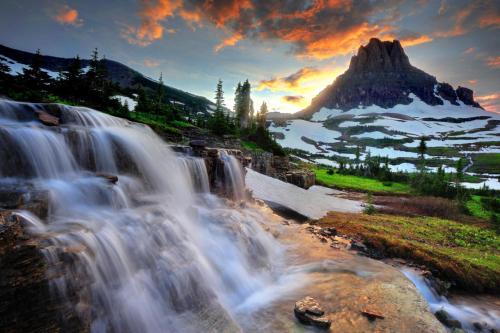 Venga y disfrute de los bosques vírgenes del Parque Nacional Los Glaciares, praderas alpinas, montañas escarpadas y lagos espectaculares.  Con más de 700 millas de senderos, el glaciar es un paraíso para los amantes del senderismo para los visitantes aventureros que buscan desierto y la soledad.  Revive los días de la antigüedad a través de chalets, casas de campo históricas, el transporte, y las historias de los nativos americanos.  Explora el Parque Nacional Glacier y descubre lo que espera you.Photo: Vanessa Lau, Servicio de Parques Nacionales