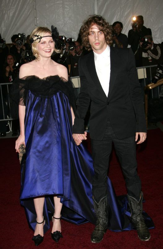 """NEW YORK - MAY 07: Kirsten Dunst and Johnny Borrell attend the Metropolitan Museum of Art Costume Institute Benefit Gala """"Poiret: King Of Fashion"""" at the Metropolitan Museum of Art on May 7, 2007 in New York City. (Photo by Evan Agostini/Getty Images)"""