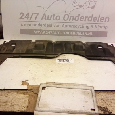 MR575339 Onderplaat / Spatplaat Mitsubishi Colt CZ3 2005-2008