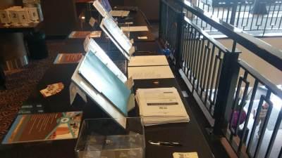 De registratietafel staat klaar voor de bezoekers van het congres