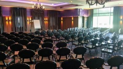 Een congreslocatie met stoelen klaar voor het congres