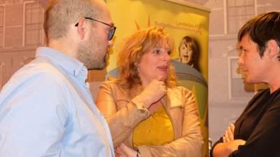 3 mensen die met elkaar aan het praten zijn tijdens de politieke ontbijtbijeenkomst