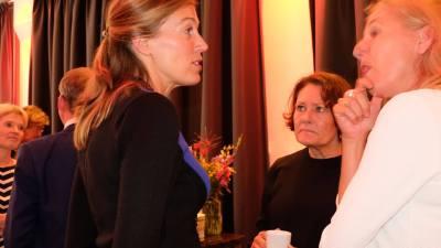 Politieke ontbijtbijeenkomst 2018 - 3 dames met elkaar in gesprek tijdens de politieke ontbijtbijeenkomst