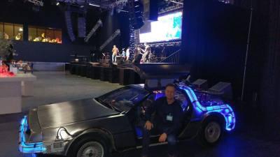 Back to the Future DeLorean huren in Amsterdam-poseren