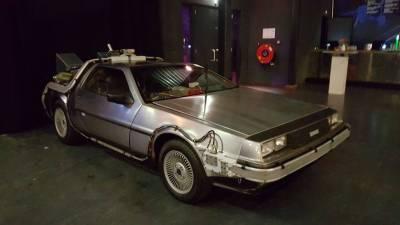 Back to the Future DeLorean vanaf de zijkant gezien