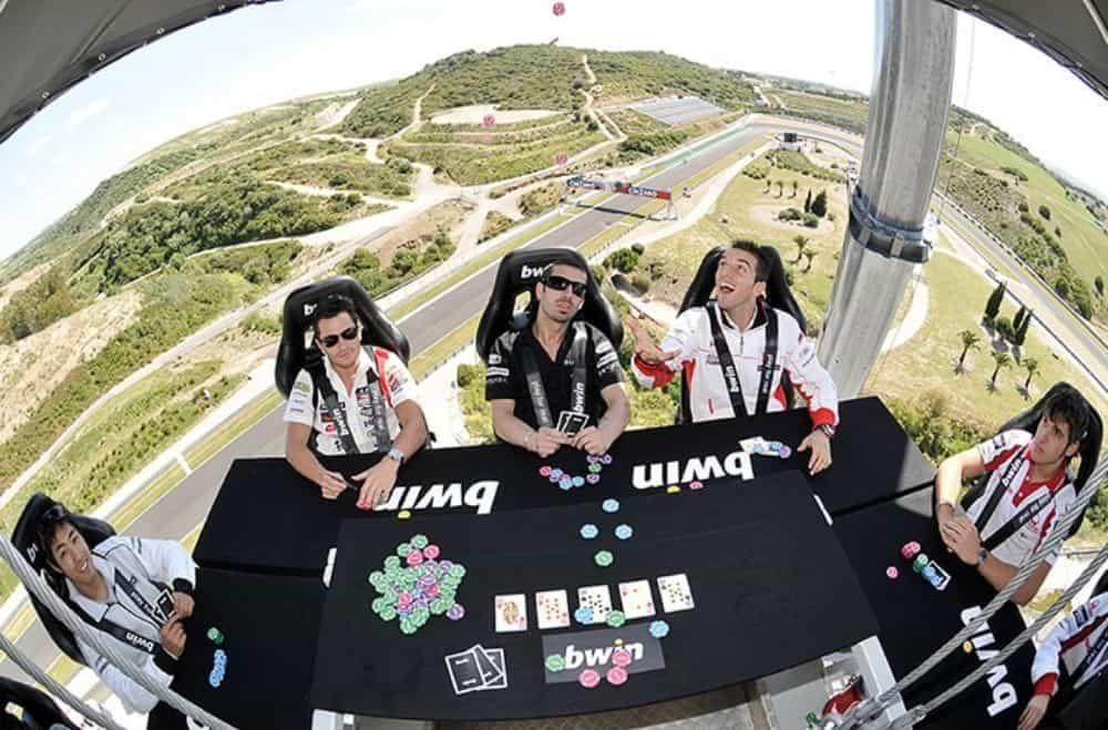 Evenement in de lucht feestvieren pokeren racen gamen op hoogte