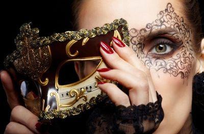 Een gemaskerd feest als bedrijfsfeest of personeelsfeest mooie vrouw met masker en kant