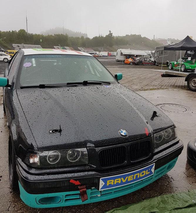 Rennwagen im Regen Nürburgring NAVC Rundstreckenmeisterschaft