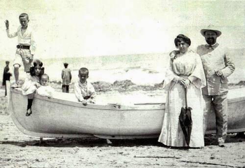 blasco ibanez una foto evocadora D. Vicente Blasco Ibañez y familia en la playa 1925