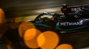 Hamilton s-a impus în Bahrain, într-o cursă marcată de terifiantul accident al lui Grosjean