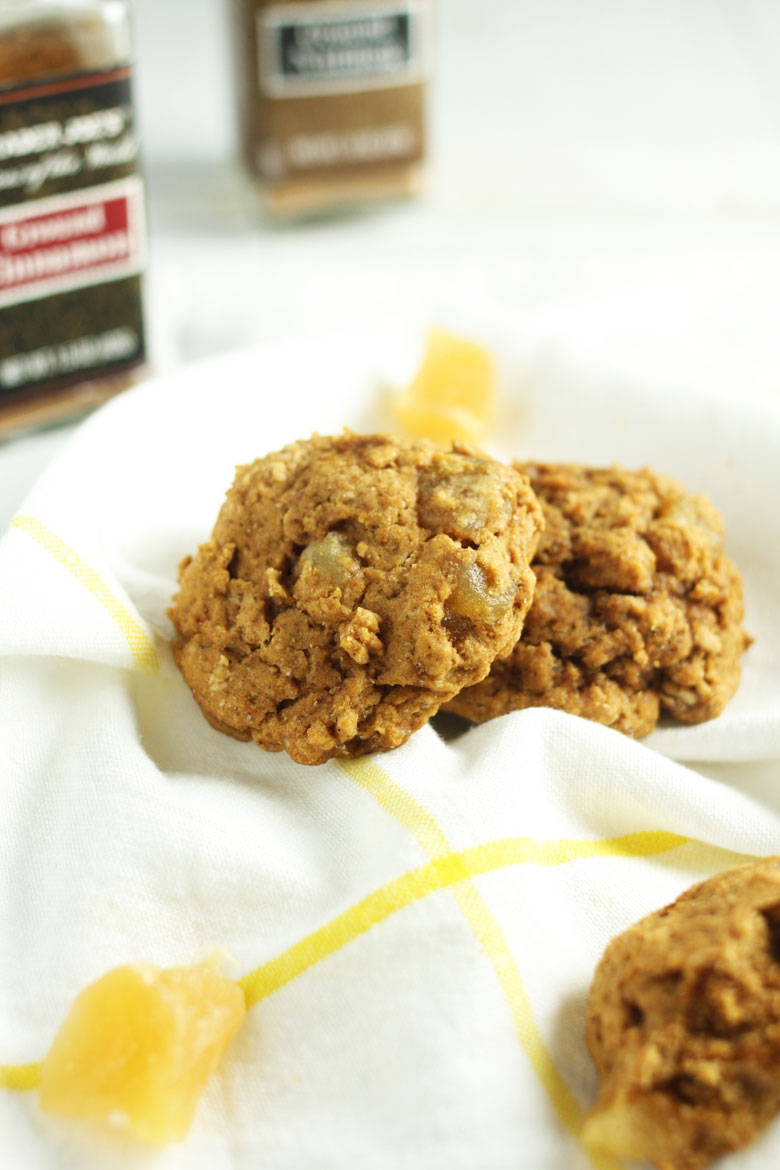 Gluten Free Gingersnap Cookies // @24carrotlife #healthy #glutenfree #ginger #holidays