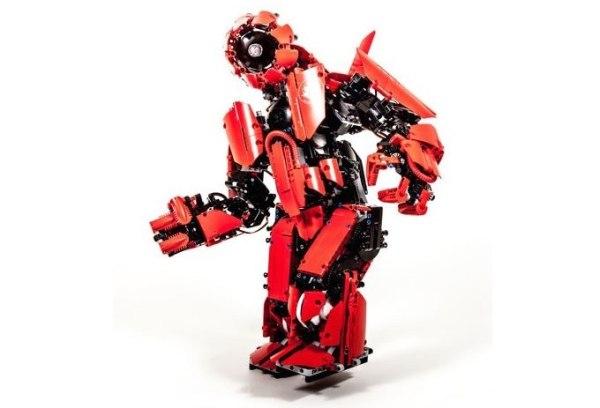 Робот из LEGO, управляемый с помощью экзоскелета (2 видео)