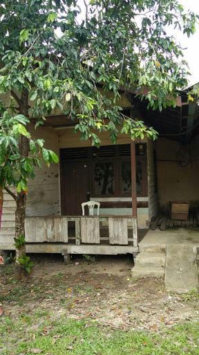 Rumah sangat sederhana tampak depan yang akan menjadi Susteran Biara SMFA di Paroki Serimbu, Ngabang, Kabupaten Landak, Kalbar. (Dok SMFA)