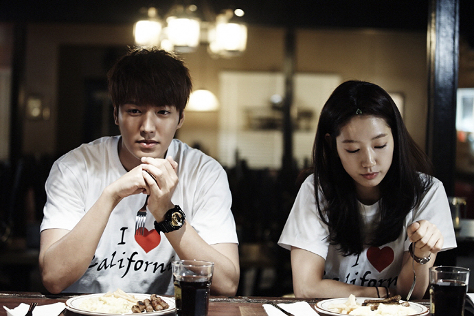 Lee Minho and Park Shin Hye wearing tourist couple shirts in the Heirs.