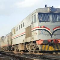 شاب يحاول الانتحار أمام قطار في بني سويف.. والسائق ينقذه (فيديو مرعب)
