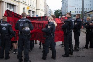 dierechtehbf1 - Police brutally pushes counter protestors