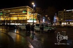 2017-03-07 Neonazis werden vernommen. PEGIDA München am Karlsplatz, Stachus. Etwa 40 Personen beteiligen sich an der Kundgebung des Münchner PEGIDA Ablegers. 13 Gegendemonstranten werden verhaftet, nachdem sie auf eine Gruppe Neonazis mit Transparent zudrängten. In unmittelbarer Nähe zur Kundgebung wird ein HAkenkreut frisch gesprüht.