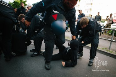 Police removes antifascists