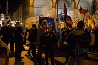 Neonazis stand infront of the Feldherrenhalle.