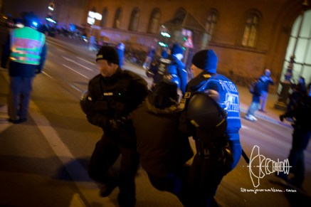 Single activists try to get in front of PEGIDA march. Riot police forces intervene.