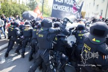 Police stops demonstration a second time for not fullfilling restrictions with pepperspray and batons.