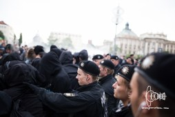 Police pushes off counter-protest after verbal attacks by PEGIDA members.