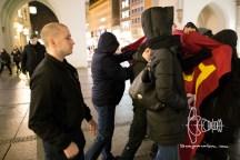 2017-03-07 Gegenprotest läuft auf die Gruppe Neonazis zu und es kommt zum Handgemenge . PEGIDA München am Karlsplatz, Stachus. Etwa 40 Personen beteiligen sich an der Kundgebung des Münchner PEGIDA Ablegers. 13 Gegendemonstranten werden verhaftet, nachdem sie auf eine Gruppe Neonazis mit Transparent zudrängten. In unmittelbarer Nähe zur Kundgebung wird ein HAkenkreut frisch gesprüht.