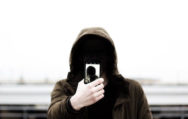 mand med telefon iphone anonym