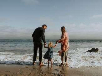 ferie sommer familie strand forældre børn vand ferie