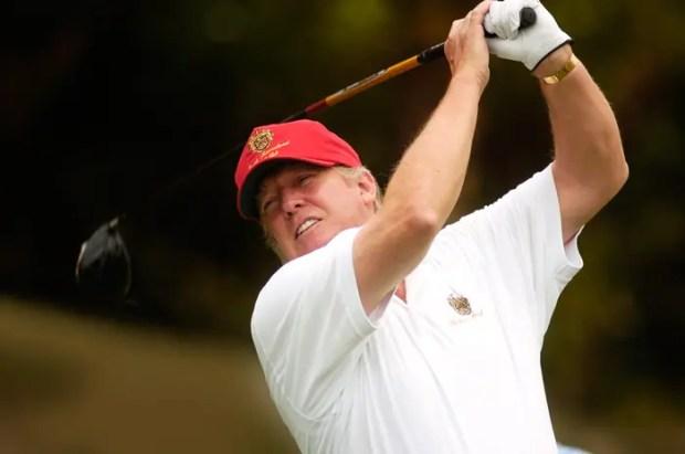 Дональд Трамп играет в гольф