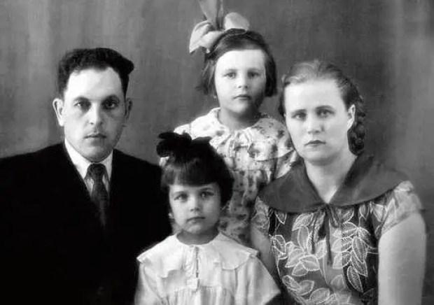 Ирина Алфёрова с родителями и сестрой Татьяной