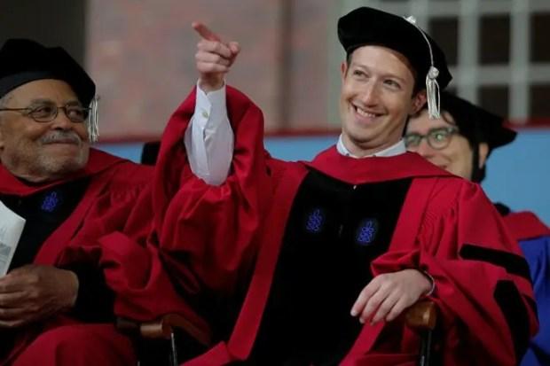 Марк Цукерберг получает ученую степень в Гарварде