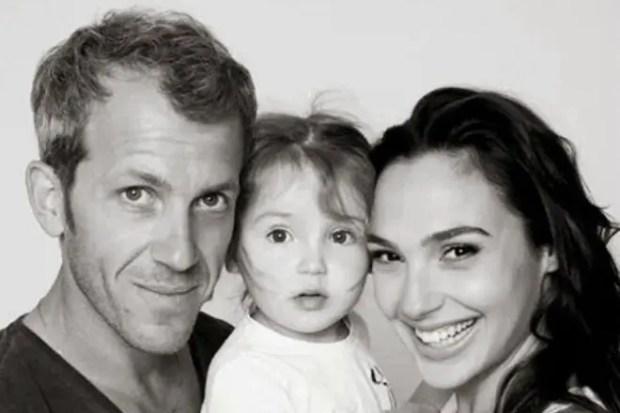 Галь Гадот с мужем и дочкой