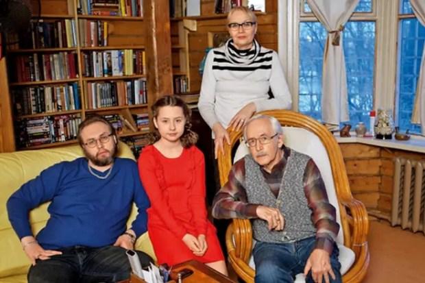 Василий Ливанов с женой, сыном и внучкой