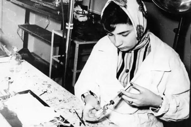 Людмила Улицкая в лаборатории