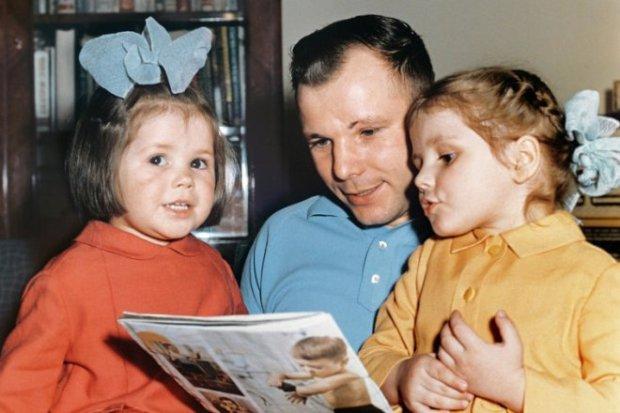 Юрий Гагарин с дочерьми
