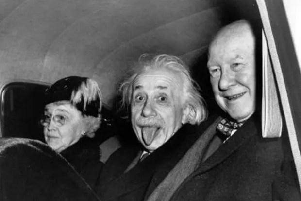 Альберт Эйнштейн показывает язык