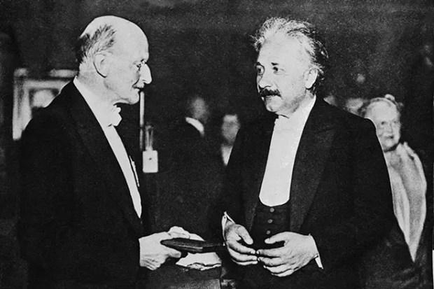 Альберт Эйнштейн получает нобелевскую премию