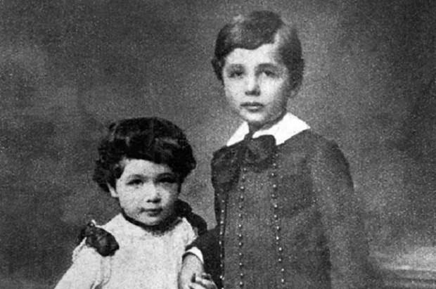 Альберт Эйнштейн в детстве с сестрой